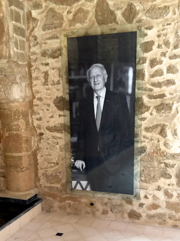 Photo of André Azoulay at the Simon Attias synagogue